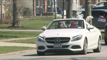 Williamsville elementary school teachers hold parade for students