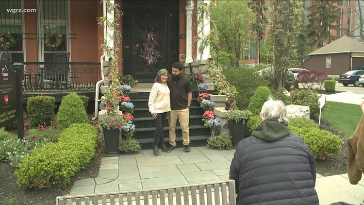 Kevin Guest House hosts 'Family in Focus' front porch photo sessions