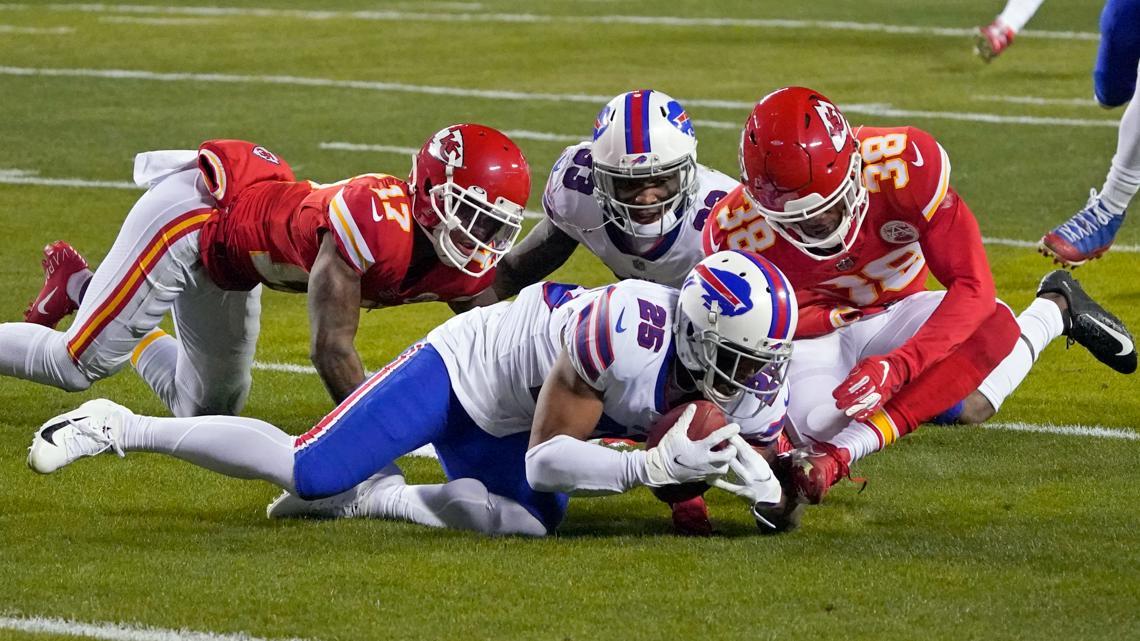 Halftime: Mahomes, Chiefs put brakes on Bills' hot start